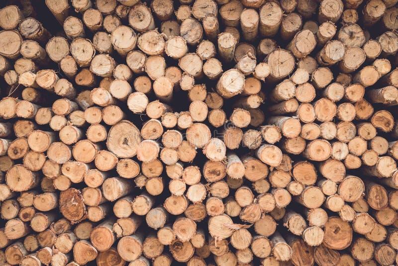 Gestapeld van houten logboek voor de achtergrond van bouwgebouwen stock foto's