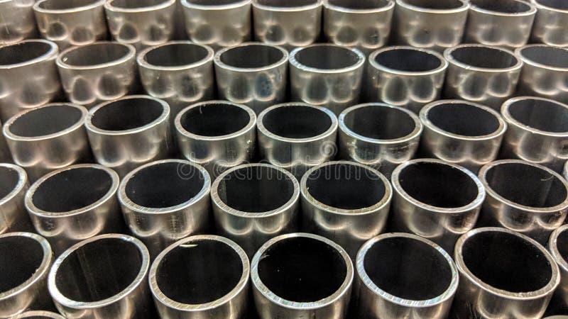 gestapelde aluminiumpijpen royalty-vrije stock foto's