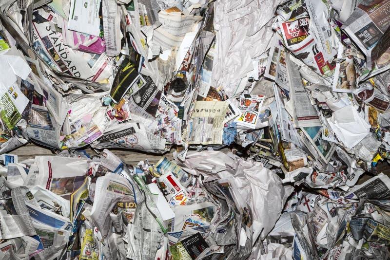 Gestapelde balen van kranten stock fotografie