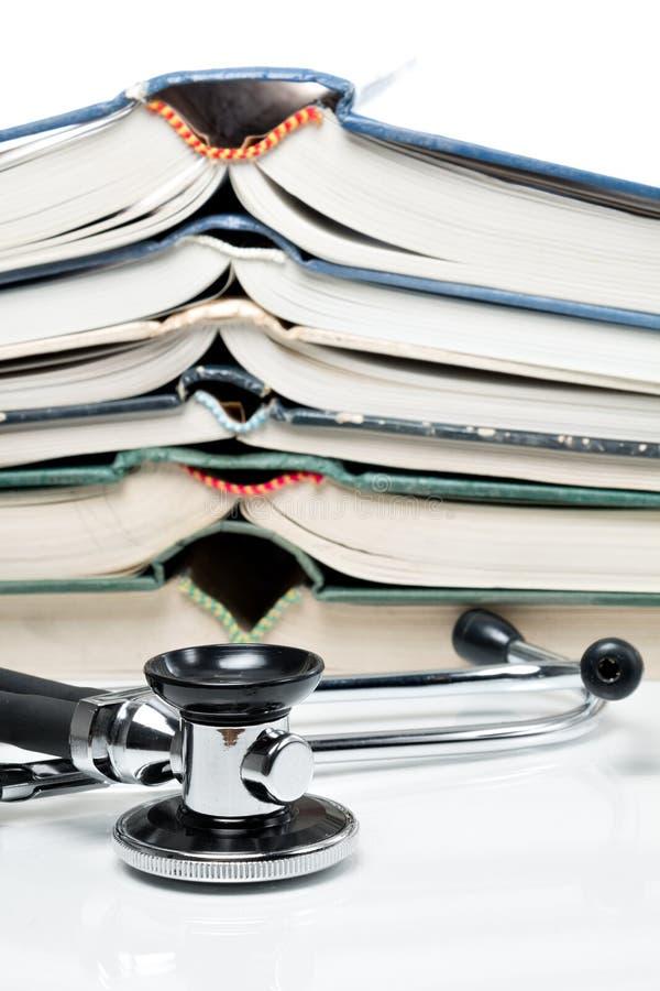 Gestapelde boeken met stethoscoop royalty-vrije stock foto