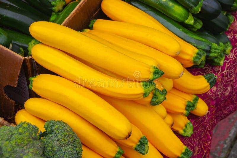 Gestapelde gele pompoen bij landbouwers` s markt royalty-vrije stock foto