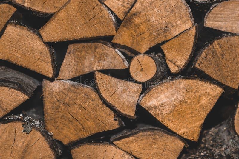 Gestapelde houten logboeken ontop van elkaar backround stock afbeeldingen