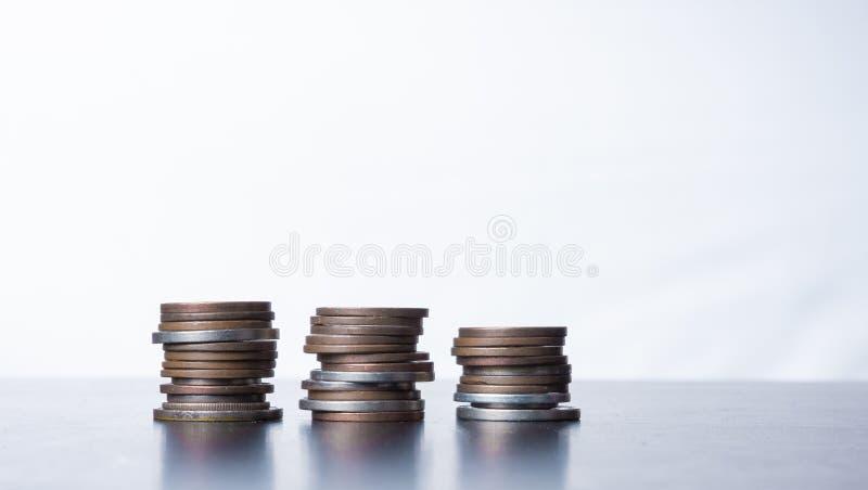 Gestapelde kleine muntstukken op een lijst stock foto's