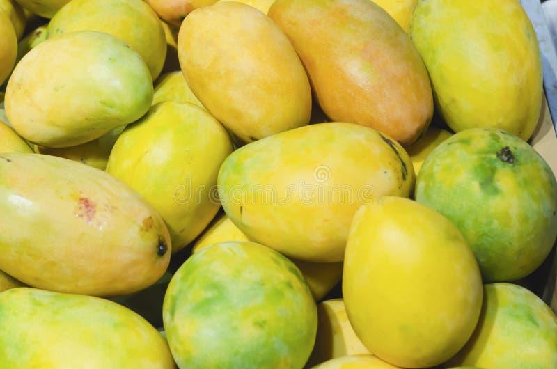 Gestapelde mango's voor detailhandel royalty-vrije stock afbeeldingen