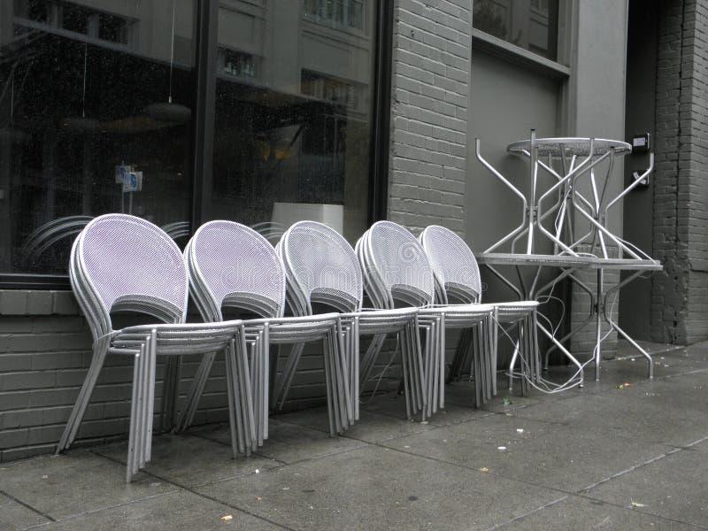 Gestapelde Openluchtstoelen & Lijsten in Portland, Oregon stock foto's