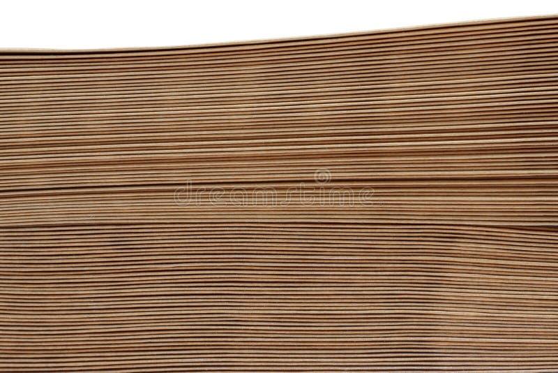 Gestapelde pakpapierenveloppen op witte achtergrond stock afbeelding