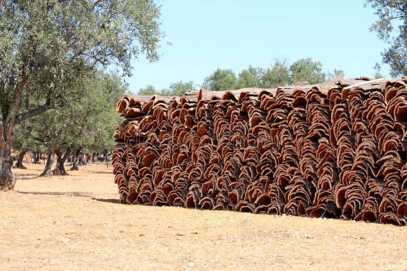 Gestapelde schors van de cork eik in Alentejo, Portugal stock fotografie