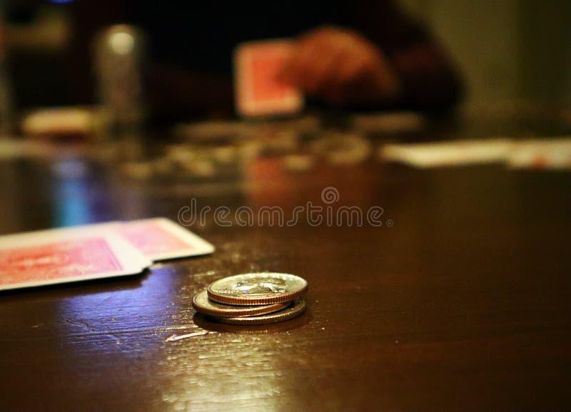 Gestapelde speelkaarten met verandering en speler op achtergrond royalty-vrije stock foto