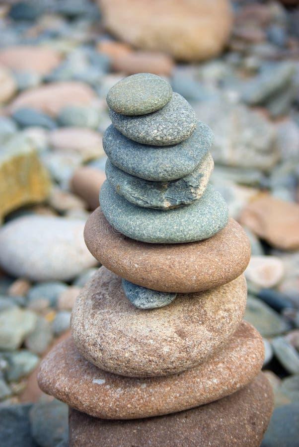 Gestapelde stenen op een kleurrijk rotsachtig strand royalty-vrije stock foto's