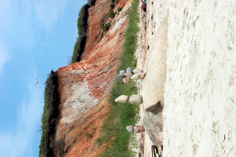 Gestapelde stenen op het strand stock fotografie