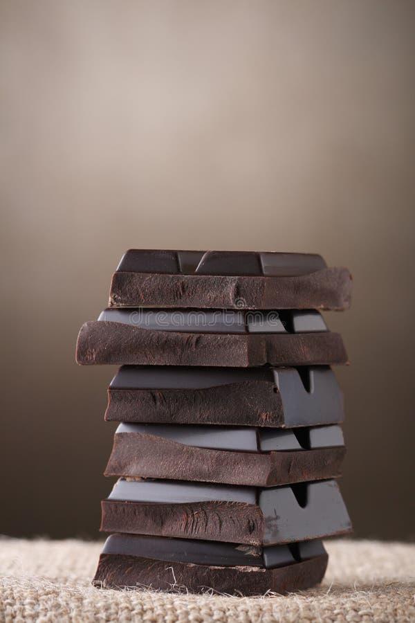 Gestapelde stukken van CHOCOLADE stock afbeelding