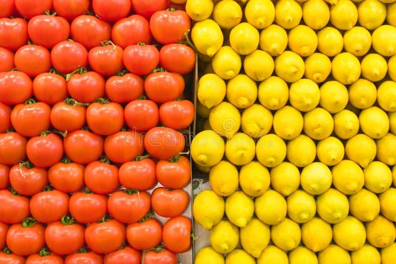 Gestapelde tomaten en citroen royalty-vrije stock afbeeldingen