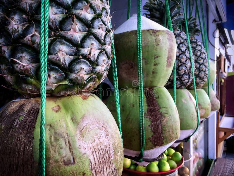 Gestapelde Tropische Vruchten die voor Drank Juice Store hangen stock foto