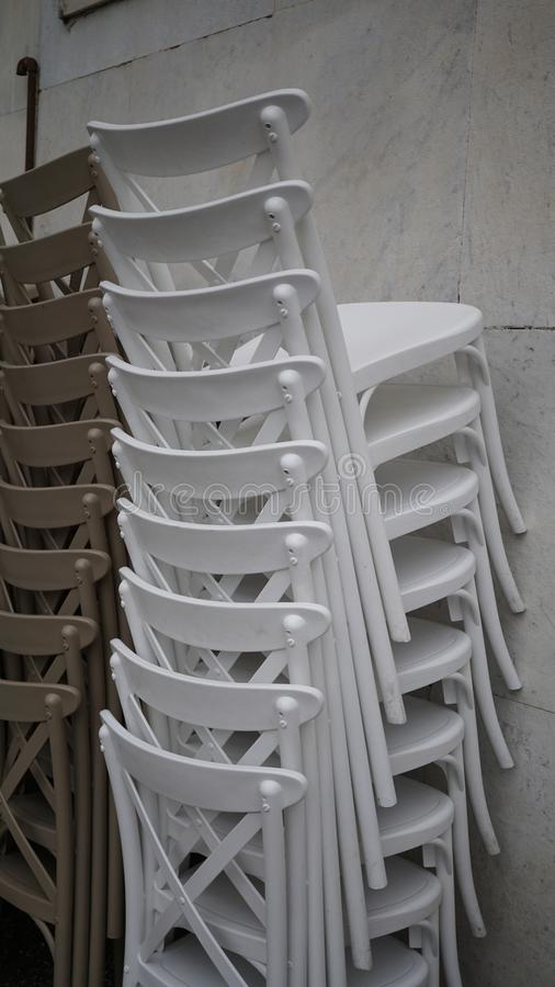 Gestapelde witte stoelen royalty-vrije stock fotografie
