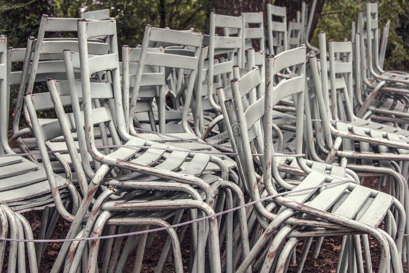 Gestapelde witte stoelen in openlucht royalty-vrije stock fotografie