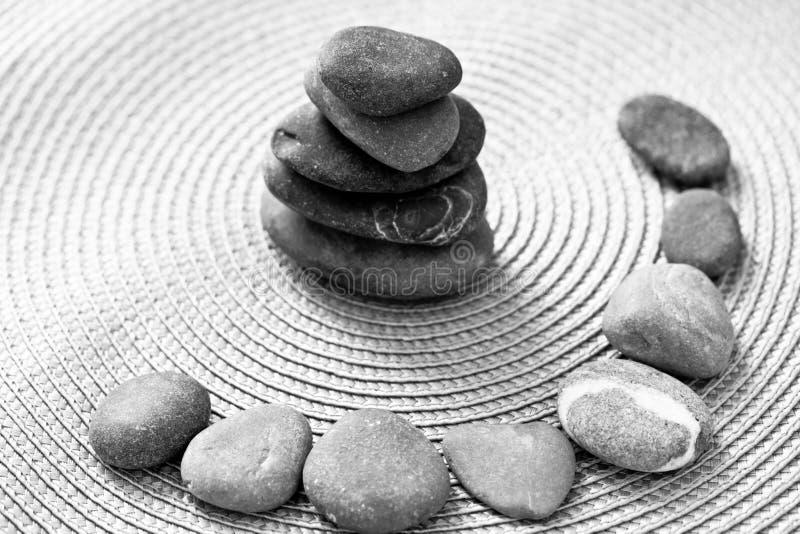Gestapelde zen stenen en stenen in cirkel, bw stock foto