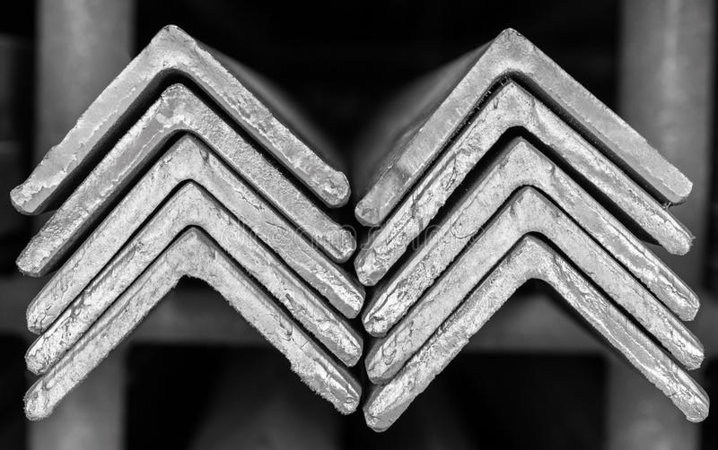 Gestapelt von der winkligen Stahlstange stockfotos