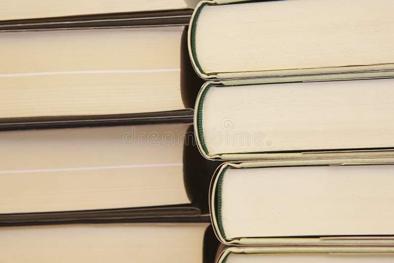 Gestapelte Bücher Pädagogisch und Hintergrund lernend Schuleinzelteile stockbilder