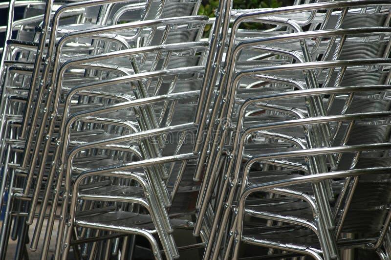 Gestapelte Stühle stockfotos