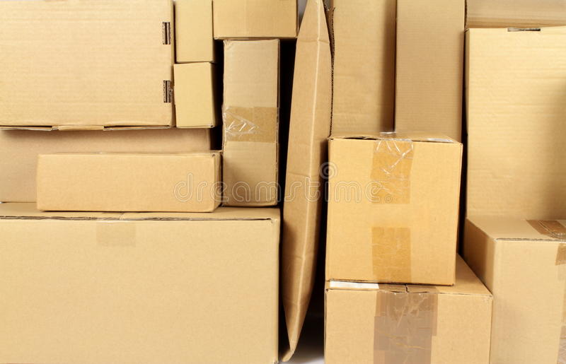 Gestapelter Karton schachtelt Pfostenpaket lizenzfreie stockbilder