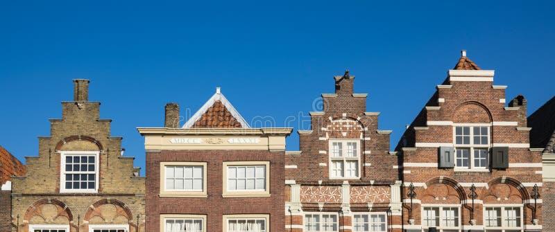 Gestapte geveltophuizen in Nieuwstraat Dordrecht En gemaakt tot deze kleine stad voel grote groter stock fotografie