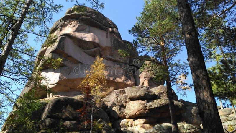 Gestapte oude rotsen in de bergen royalty-vrije stock fotografie
