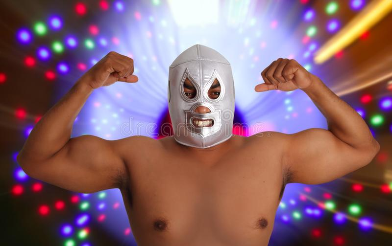 Geste argenté de lutte mexicain de chasseur de masque images stock