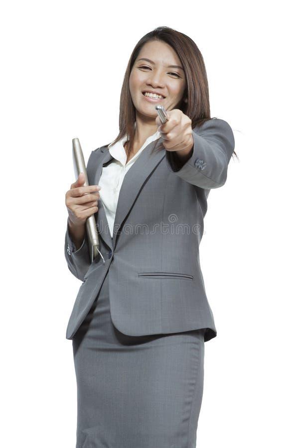 Geste attrayant asiatique de femme d'affaires tenant un stylo et un journal intime image libre de droits