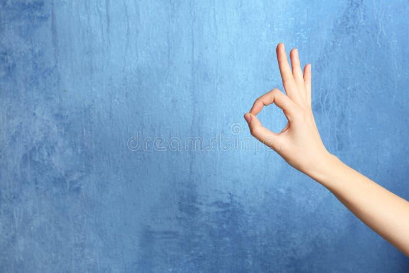 Geste correct d'apparence de femme sur le fond de couleur photographie stock libre de droits