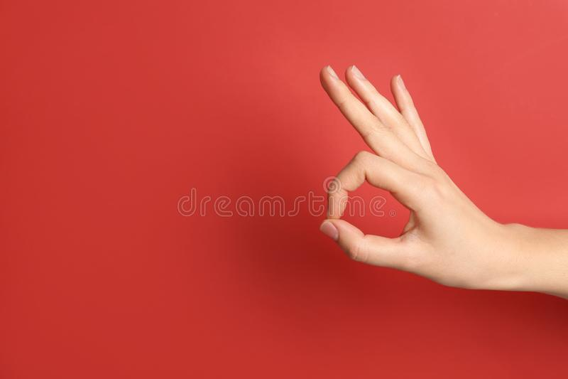 Geste correct d'apparence de femme sur le fond de couleur photo libre de droits