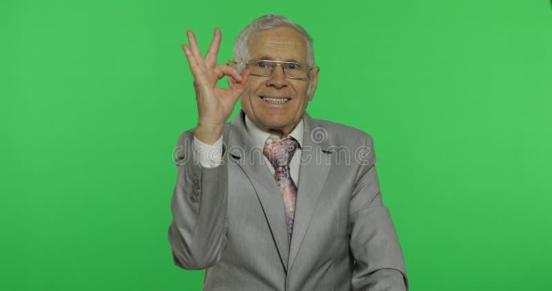 Geste correct d'apparence pluse âgé d'homme d'affaires Vieil homme dans le tenue de soirée donnant le signe correct photos libres de droits