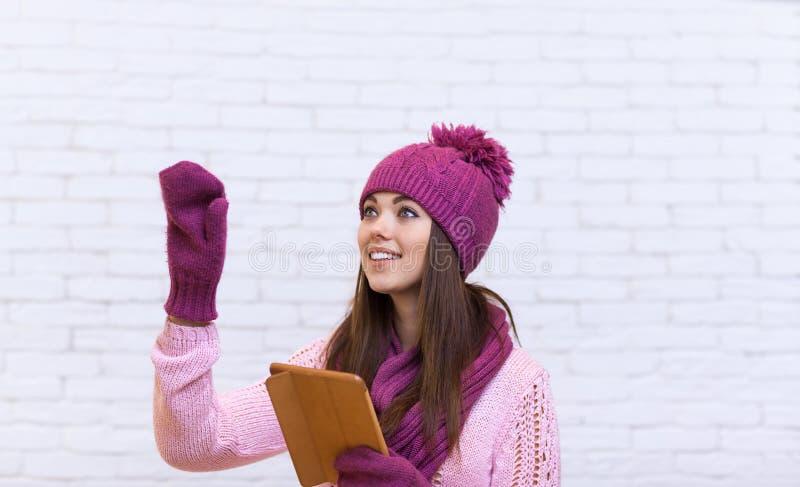 Geste de main attrayant d'adolescente pour copier l'espace utilisant l'écran tactile d'ordinateur portable de Tablette photos libres de droits