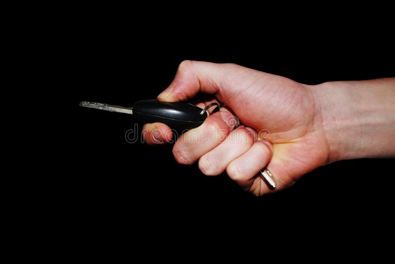 Geste de main - main tenant une clé de voiture et appuyant sur le bouton pour l'ouvrir image libre de droits