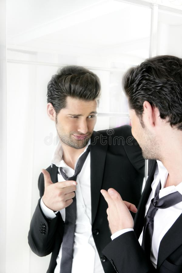 Geste drôle d'humeur belle d'homme dans un miroir photo libre de droits