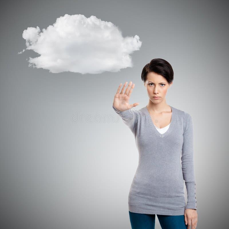 Geste futé d'arrêt d'expositions de fille au nuage image stock