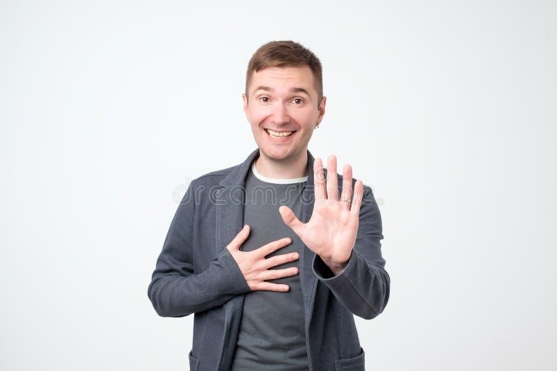 Geste positif riant d'arrêt d'apparence de type, demandant à cesser plaisanterie, comme il est fatigué de rire image libre de droits