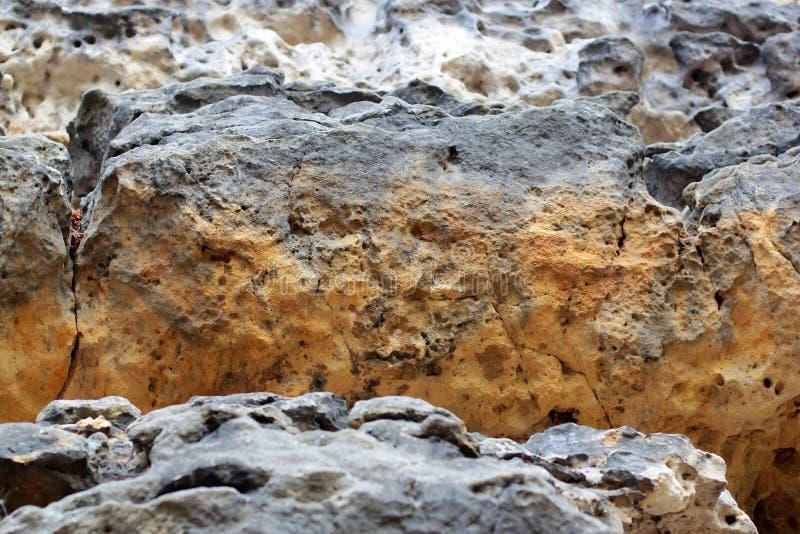 Gesteinsschichten -, die bunte Bildungen des Rocks Jahrhunderte gestapelt über sind Interessanter Hintergrund mit faszinierender  stockfoto