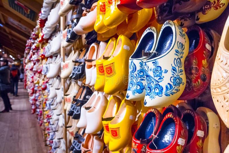 Gestell im Speicher mit traditionellen niederländischen hölzernen Schuhen der Reihen - klompen Klötze lizenzfreie stockfotos