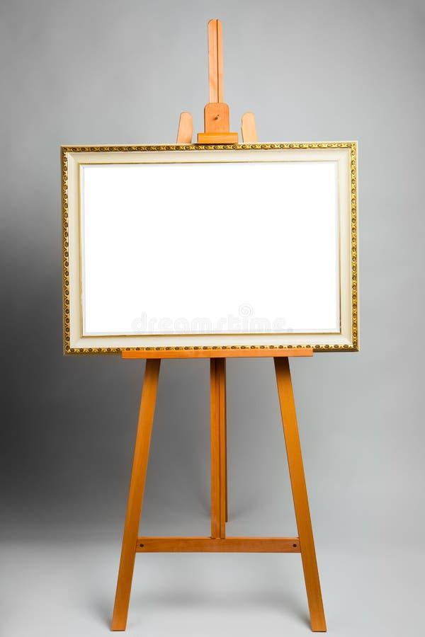 Gestell mit Gemälderahmen stockfoto. Bild von rand, vergoldet - 30671328