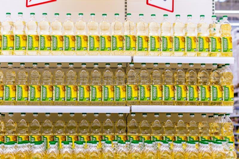 Gestell von Plastikflaschen mit Sonnenblumenöl im Speicher lizenzfreies stockbild