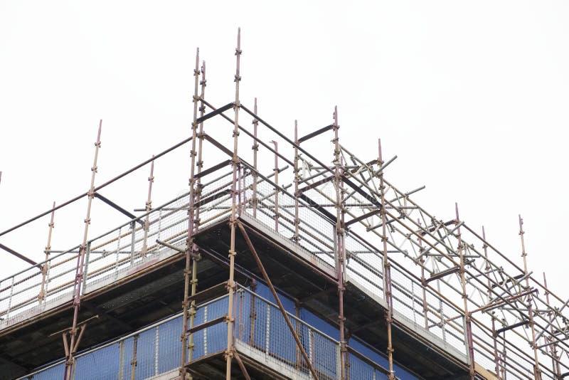 Gestellhoch aufgerichtet am weißen klaren Himmel des Hochbau-Standorts stockbild