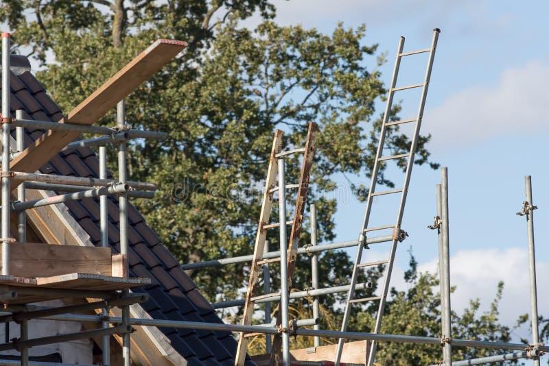 Gestellplattform mit Leiter befestigte zur Plattform auf Neubau stockbild