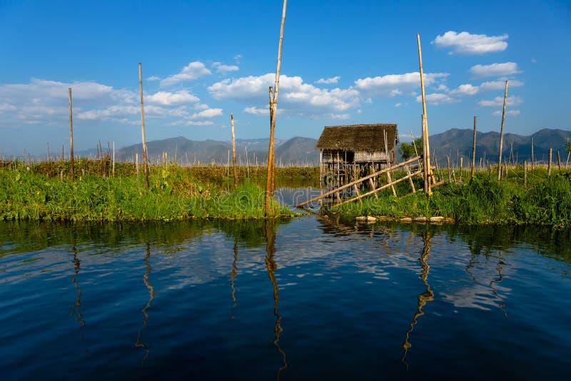 Gestelztes Haus auf Inle See stockbild