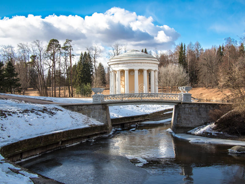 Gestemd beeld de Tempel van Vriendschap in Pavlovsk Park & x28; 1780& x29; in de lente op de banken van de rivier Slavyanka stock fotografie