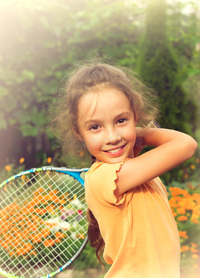 Gestemd portret van leuk meisje speeltennis in openlucht stock foto's