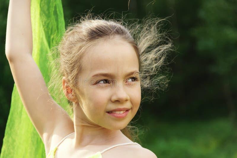 Gestemd Portret van weinig leuke meisjesdans met groene Sjaal royalty-vrije stock foto's