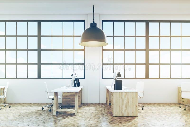 Gestemd zijaanzicht van een bureau met houten vloer en meubilair, stock foto