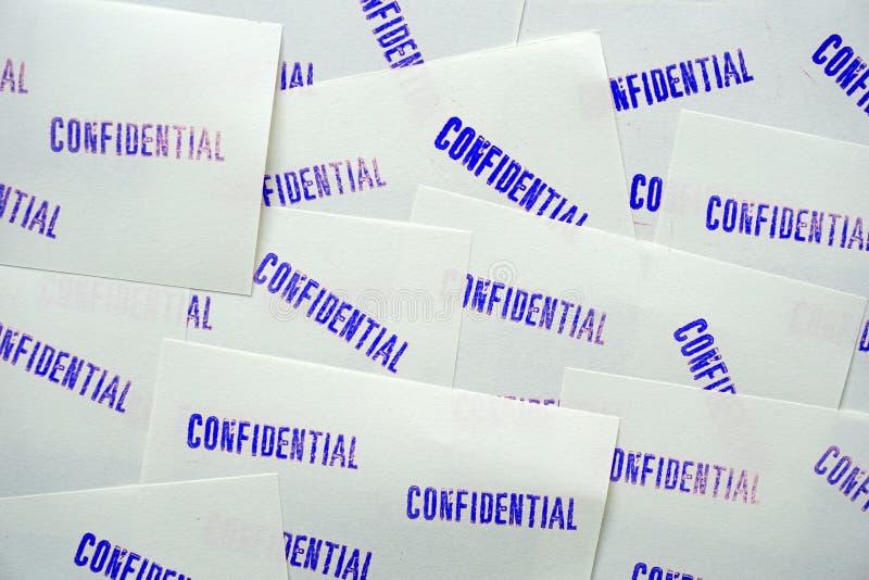 Gestempeld blauw vertrouwelijk op witte memorandumdocumenten stock foto