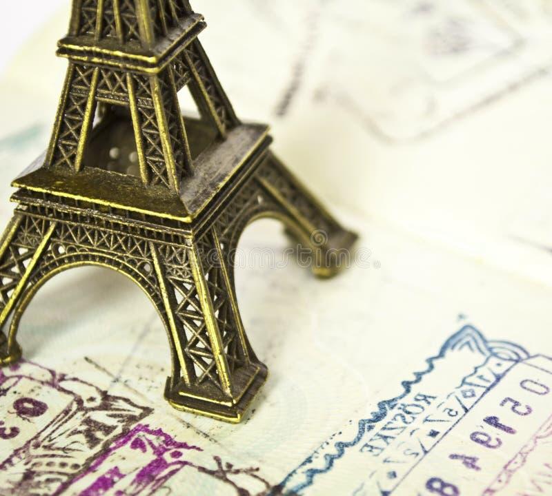 Gestempeld paspoort met het paspoort van Eiffel - Reis naar het concept van Parijs royalty-vrije stock fotografie