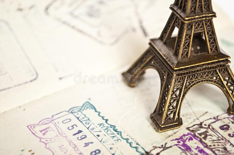 Gestempeld paspoort met het paspoort van Eiffel - reis naar het concept van Parijs stock afbeeldingen